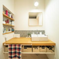 高品質なデザインのシンプルな洗面台のあるオシャレな家