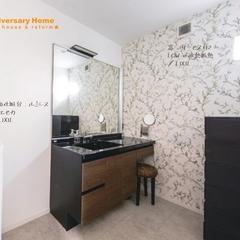 深みのあるインダストリアルな洗面所のあるデザイン住宅