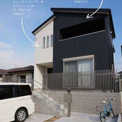 2色のサイデイングで魅せるシンプルモダンな家