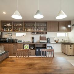デザイン住宅の夜にお酒が飲みたくなる収納が多いオシャレなキッチン