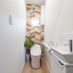 デザインクロスが印象的なナチュラルなトイレのあるデザイン住宅