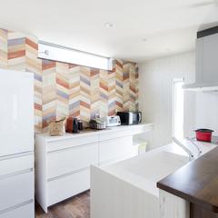 クロスが特徴的で可愛いシンプルなキッチンのあるオシャレな家