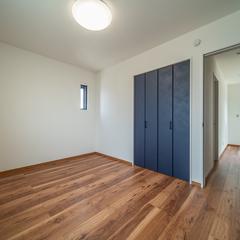 ダークブラウン木目とアイアンカラーが美しいおしゃれな洋室