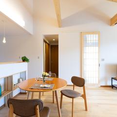 自然素材を贅沢に使用した勾配天井が特徴的なすっきりとしたシンプルなリビング