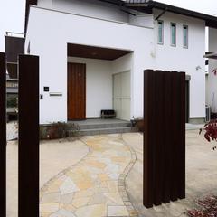 玄関アプローチが美しく際立ち心癒される和モダンな家