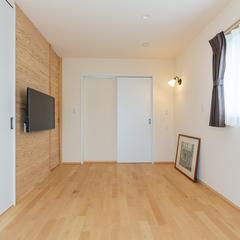 自然素材天然木と白い壁のツートン洋室