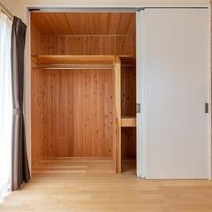 木の贅沢な香り伝わる収納スペースのある美濃加茂市の和モダンな洋室