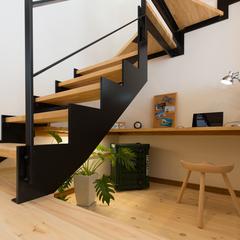 階段下を有効活用した自然素材スタディスペース
