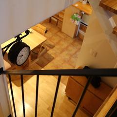 優しい自然素材とカッコいいアイアンが調和した階段
