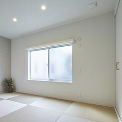 淡い色合いが落ち着く空間となっている和室のあるデザイン住宅