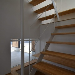 おしゃれな白いアイアン手すりのストリップ階段