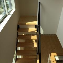デザイン映えるナチュラル空間のリビング階段