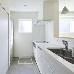 シンプルながらこだわりが見える清潔感あふれるキッチンのあるデザイン住宅