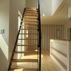 シンプルな内装にスパイスを加えるアイアン階段のあるデザイン住宅