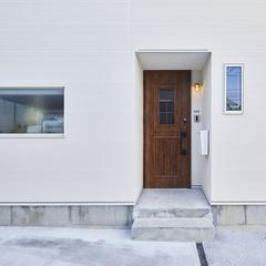 重厚感のあるデザインのドアがあるデザイン住宅