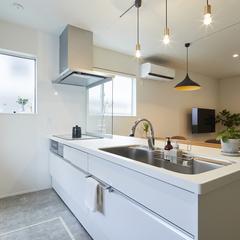 シャビーなすっきりとしたデザインのキッチンのある暮らし