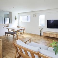 木の質感あふれるデザイン住宅のリビングダイニング