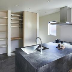 収納スペースもたっぷりなインダストリアルなキッチンのある暮らし