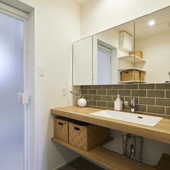 ナチュラルで親しみやすいデザインの浴室のある暮らし