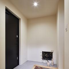 スタイリッシュでシンプルな玄関のあるデザイン住宅