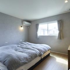 窓から光が差し込む心地よい寝室のある暮らし