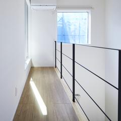 木の素材を感じる廊下と大きな窓がある快適な暮らし