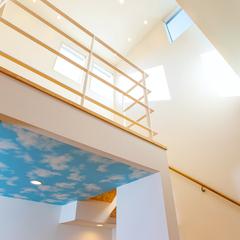 明るい吹き抜けが魅力的なデザイン住宅