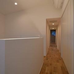 引き込まれていきそうなホワイトシンプル空間の廊下のある暮らし