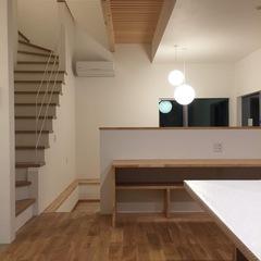 段差で目隠し!白を基調にシンプル間取りのデザイン住宅