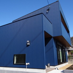直線に繋がるデザインが見惚れる美しさ繊細で上品なインダストリアルな家