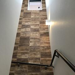 味わい深いデザインが特徴的な階段のあるデザイン住宅