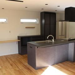 落ち着いたデザインのインダストリアルとシンプルmixなキッチンのあるデザイン住宅
