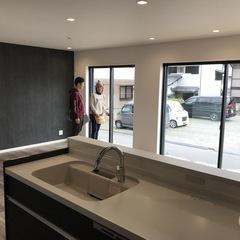 デザイン住宅のスマートなシンプルモダンのキッチン