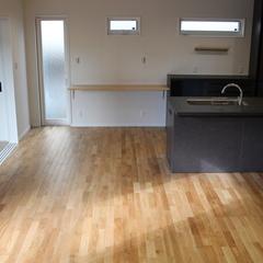 デザイン住宅のシンプルモダンな落ち着いた色味のキッチン
