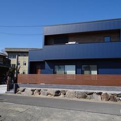 青空に映えるインダストリアルなデザイン住宅