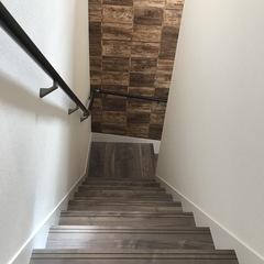 インダストリアルなデザインのおしゃれな階段のあるデザイン住宅