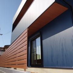 シンプルモダンなデザイン住宅の外観を美しく引き立てるウッドフェンス