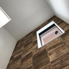 ミッドセンチュリー風のクロスが目を引く!階段内装にこだわったデザイン住宅