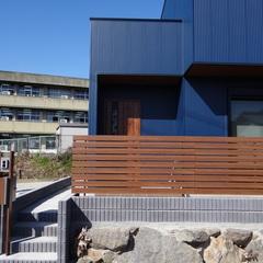 インダストリアルな外観にウッドフェンスが馴染む!おしゃれなデザイン住宅