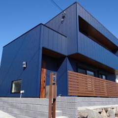 木製玄関ドアが優しさをプラス!インダストリアルでおしゃれなデザイン住宅
