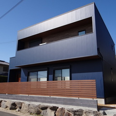 ウッドフェンスが温かみを演出!インダストリアルでカッコいいデザイン住宅