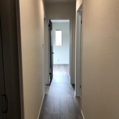 直線に繋がり生活動線の良い落ち着きのあるシンプルモダンな廊下