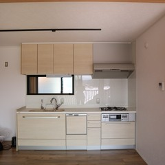 LDKをひと繋がりで広々と使え家事に集中できる!落ち着きのあるナチュラルなキッチン