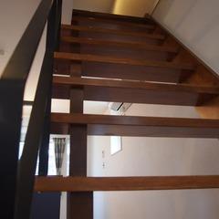 重厚感のある無垢材の踏み板が存在感を表すシンプルモダンな階段