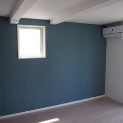 ブルーグリーンと白で清々しく爽やか!繊細で上品なシンプルモダンな洋室