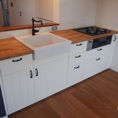 ユニークな素材の水栓が際立つ北欧風キッチン
