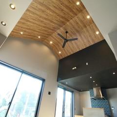 個性的な表情を楽しめる無垢材の天井