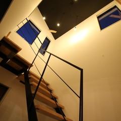 思わず見上げたくなる黒X無垢材が調和した階段