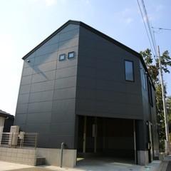 theシンプル多角形の外観が目を引く家