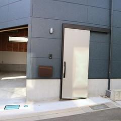 かっこいい玄関引戸が目を引くガレージハウス